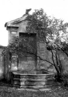 Výklenková kaple s kašnou
