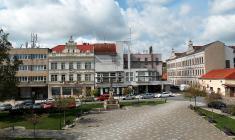 Husovo náměstí sOkresním domem vroce 2016