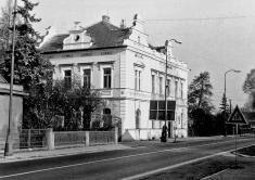 Radnice veStarých Benátkách vroce 1970, kdy byla využívána jako pošta asoučást starobenátecké Základní školy