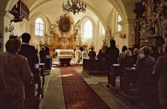 Interiér děkanského kostela shlavním oltářem vroce 2003