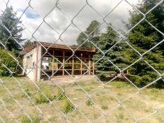 Demolice bývalé skautské klubovny v areálu MŠ Jizerka